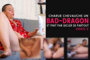 Charlie chevauche un BAD DRAGON et squirt partout – Photos & vidéo
